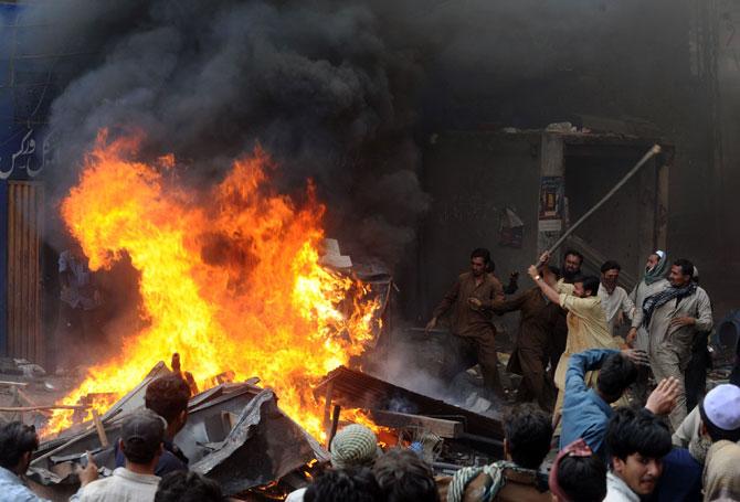 PAKISTAN 160 case e 2 chiese bruciate a Lahore: le foto