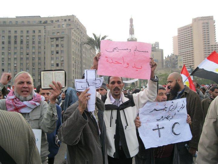 """Manifestanti con cartello che recita: """"cristiani e musulmani una mano sola"""""""