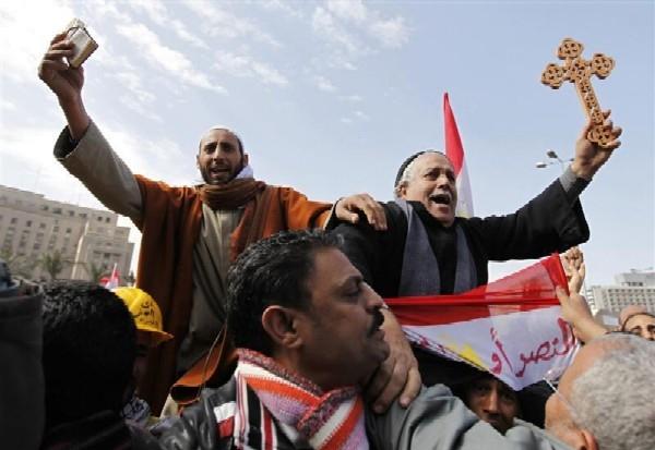 Musulmano e cristiano con Croce e Corano in una manifestazione avvenuta il 6 febbraio a piazza Tahrir
