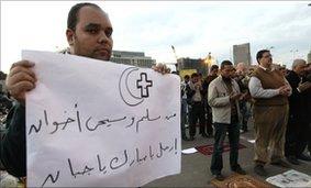"""Cristiano copto con cartello: """"Musulmani e cristiani sono fratelli, vattene Mubarak sei un codardo"""""""