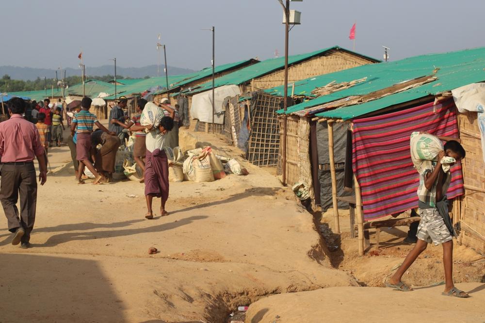 Profughi Rohingya si preparano all'arrivo del monsone