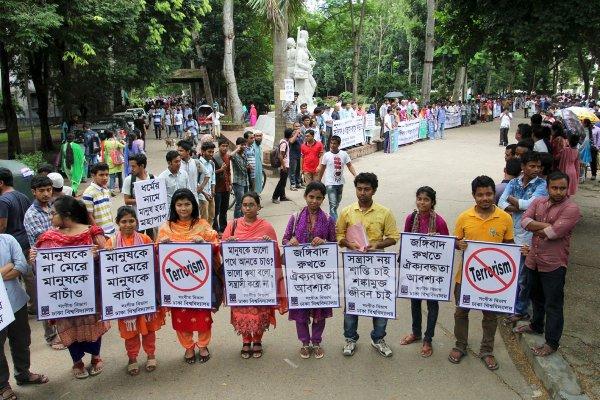 Dhaka, migliaia di studenti formano una catena umana contro il terrorismo-3
