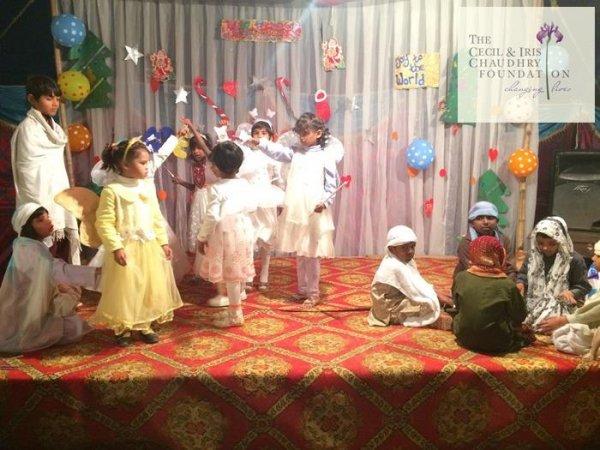 Pakistan, fondazione cattolica offre doni di Natale ai bambini poveri-3