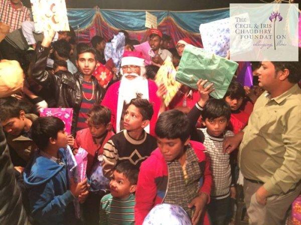 Pakistan, fondazione cattolica offre doni di Natale ai bambini poveri-6