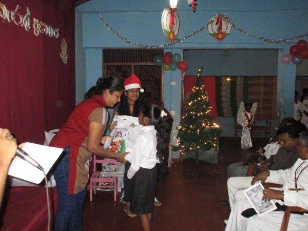 Oblati di Maria Immacolata donano cesti di Natale ai bambini poveri in Sri Lanka-1