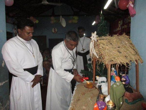 Oblati di Maria Immacolata donano cesti di Natale ai bambini poveri in Sri Lanka-2