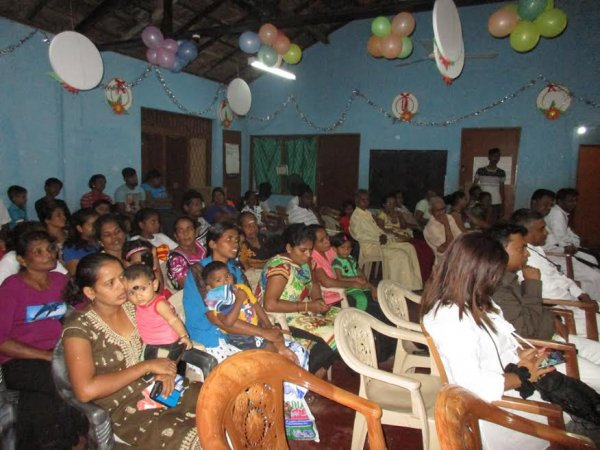 Oblati di Maria Immacolata donano cesti di Natale ai bambini poveri in Sri Lanka-3