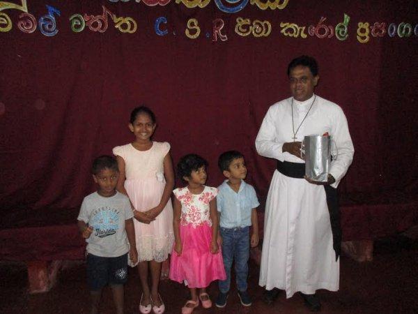 Oblati di Maria Immacolata donano cesti di Natale ai bambini poveri in Sri Lanka-5