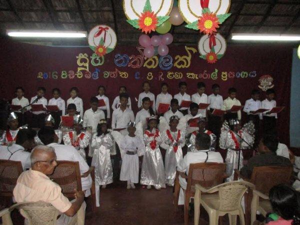 Oblati di Maria Immacolata donano cesti di Natale ai bambini poveri in Sri Lanka-6