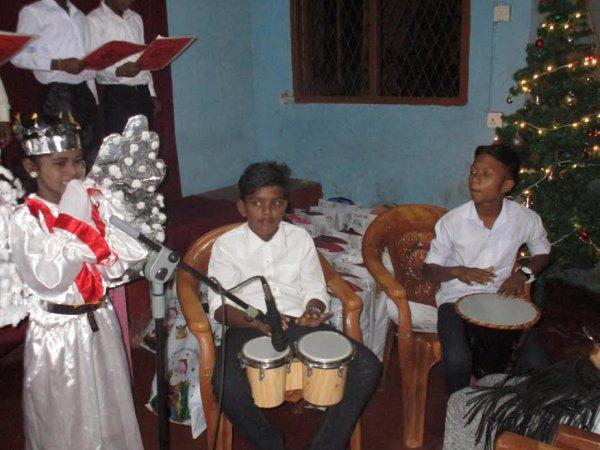 Oblati di Maria Immacolata donano cesti di Natale ai bambini poveri in Sri Lanka-7
