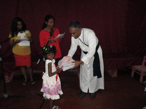 Oblati di Maria Immacolata donano cesti di Natale ai bambini poveri in Sri Lanka-8