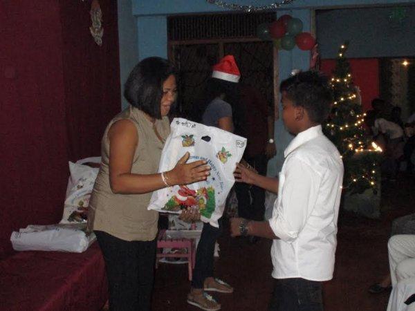 Oblati di Maria Immacolata donano cesti di Natale ai bambini poveri in Sri Lanka-9
