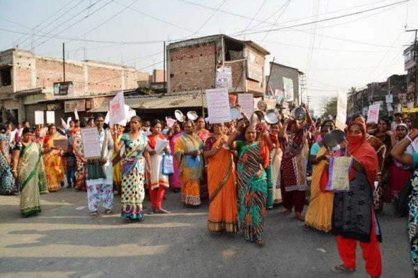 Donne in West Bengal protestano con piatti vuoti-1
