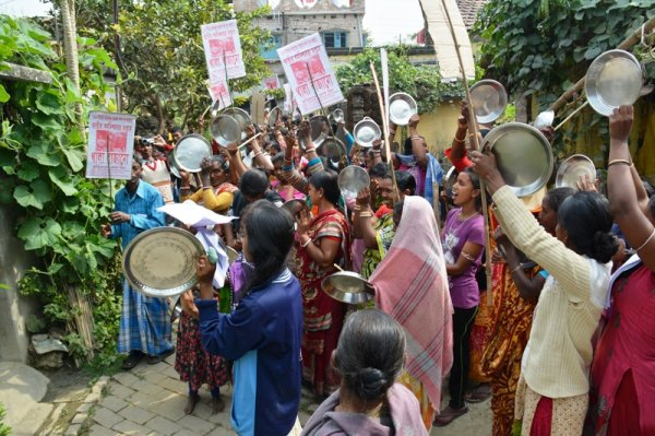 Donne in West Bengal protestano con piatti vuoti-3