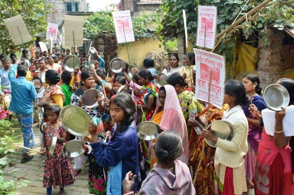 Donne in West Bengal protestano con piatti vuoti-4