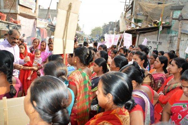 Donne in West Bengal protestano con piatti vuoti-6