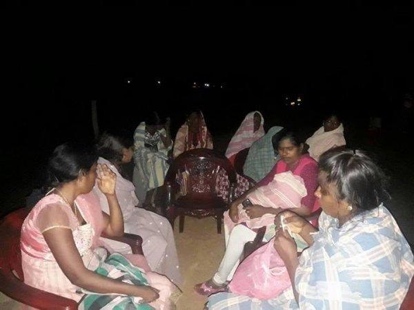 Donne tamil protestano con i figli davanti ad una base militare-1