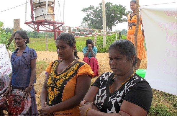 Donne tamil protestano con i figli davanti ad una base militare-2
