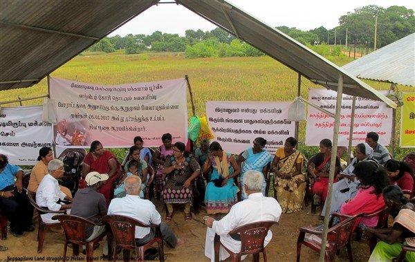 Donne tamil protestano con i figli davanti ad una base militare-3