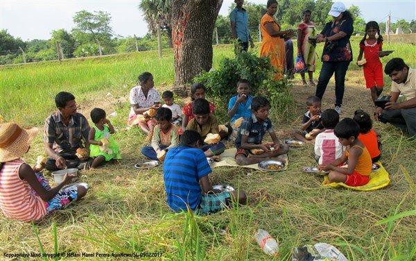 Donne tamil protestano con i figli davanti ad una base militare-4