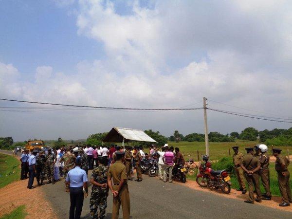Donne tamil protestano con i figli davanti ad una base militare-5