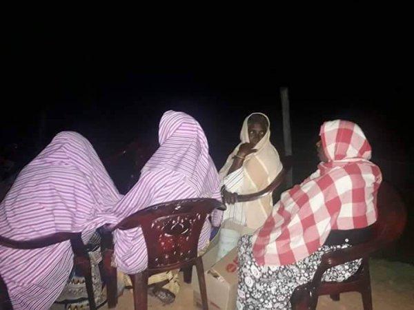 Donne tamil protestano con i figli davanti ad una base militare-7