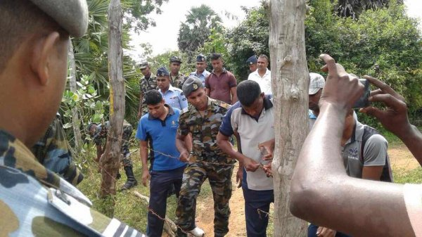 Donne tamil protestano con i figli davanti ad una base militare-8