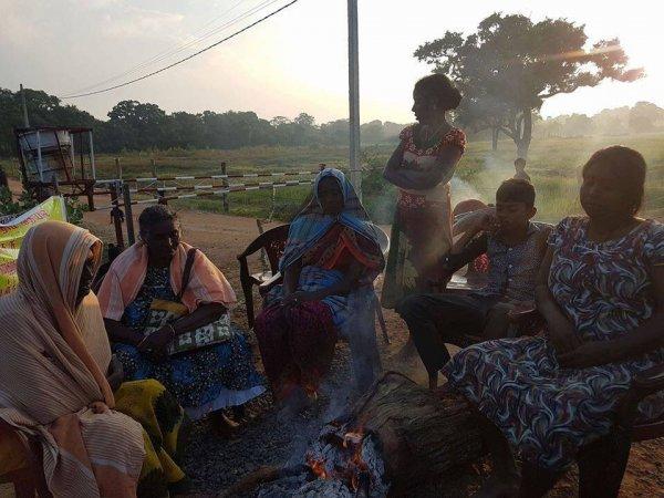 Donne tamil protestano con i figli davanti ad una base militare-9