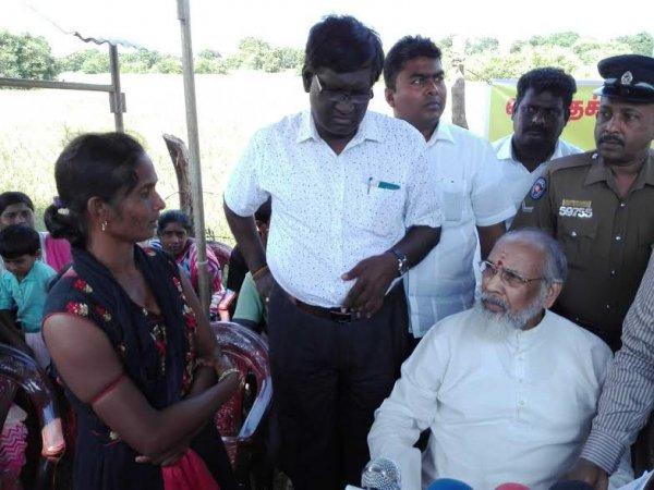 Donne tamil protestano con i figli davanti ad una base militare-10