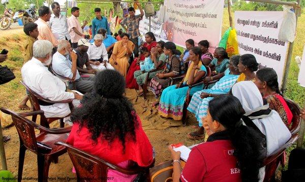 Donne tamil protestano con i figli davanti ad una base militare-11