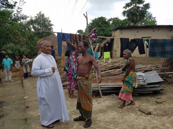 La Caritas distribuisce aiuti agli alluvionati del Bangladesh-2