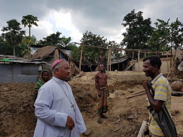 La Caritas distribuisce aiuti agli alluvionati del Bangladesh-4