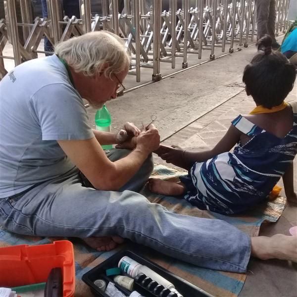 Fratel Lucio Beninati con i bambini di strada