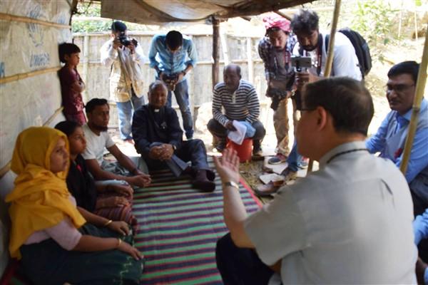 Il card. Tagle nei campi profughi dei Rohingya