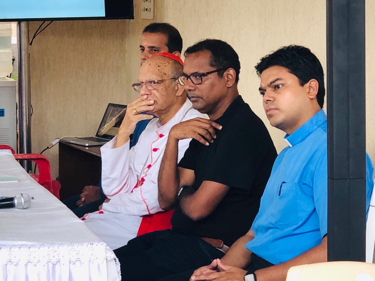 Il card. Gracias visita i sopravvissuti dei crolli dei Mumbai