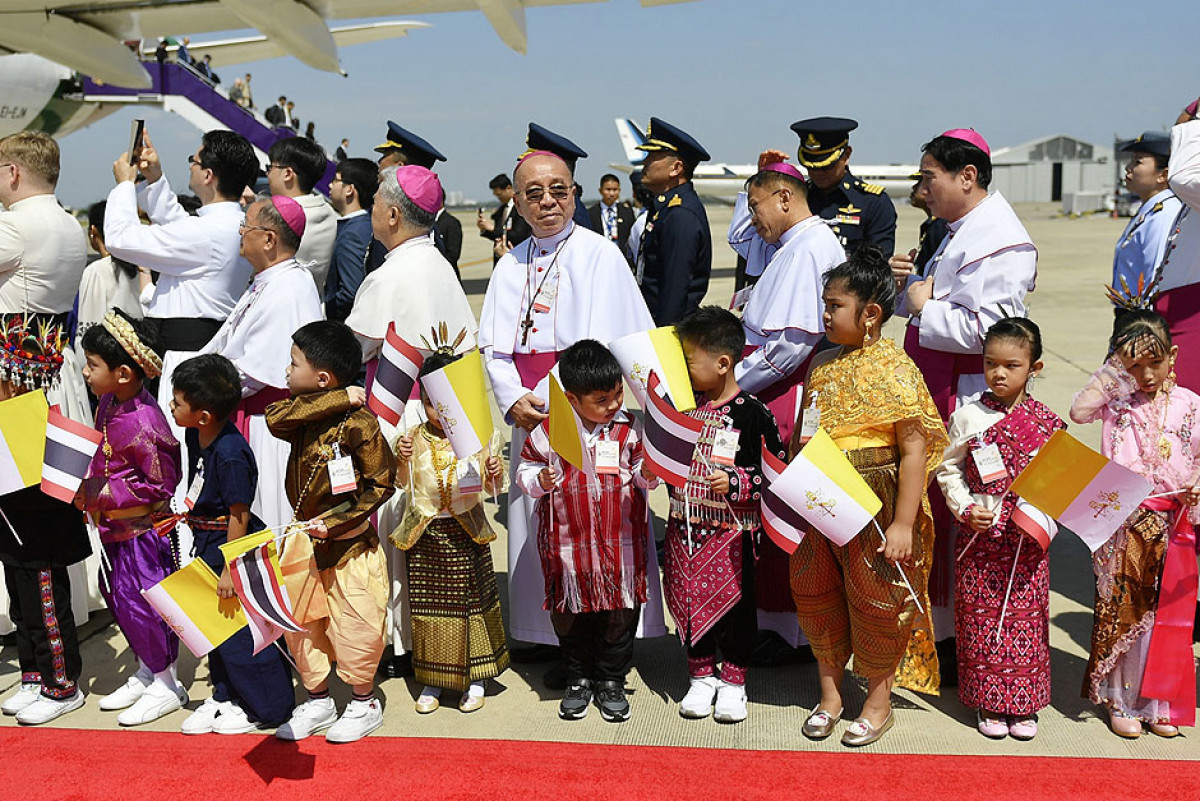 Pope Francis arrives in Bangkok