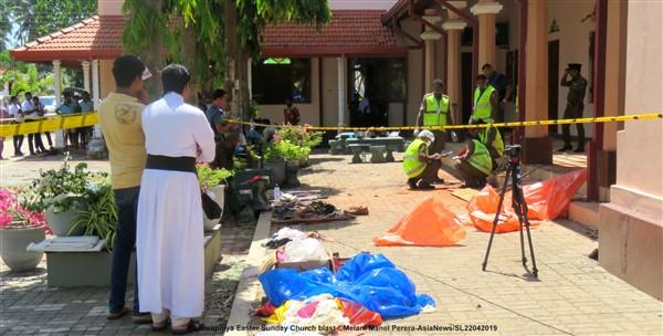 Lo Sri Lanka in lutto: i fedeli piangono i loro morti