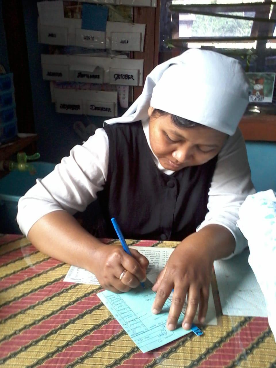 Kalimantan, suore agostiniane in moto o in motoscafo per giovani e neonati