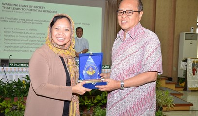 INDONESIA_-_1108_-_Vescovi_-_Father_Felix_Supranto_presenting_his_hands_on_experience_of_inking_relationship_with_the_muslims_and_other_communities.jpg